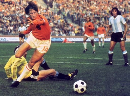 (FILES) This file photo taken on June 26, 1974 shows  Dutch midfielder Johann Cruyff dribbling past Argentinian goalkeeper Daniel Carnevali on his way to scoring a goal during the World Cup quarterfinal soccer match between the Netherlands and Argentina on June, 26, 1974 in Gelsenkirchen. Johan Cruyff, one of the greatest footballers in history, died on March 24, 2016 at the age of 68 after losing his battle with cancer, it was announced on his official Twitter account.  / AFP PHOTO / STF
